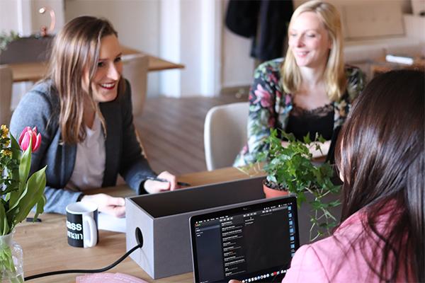 Hiring a software application development service
